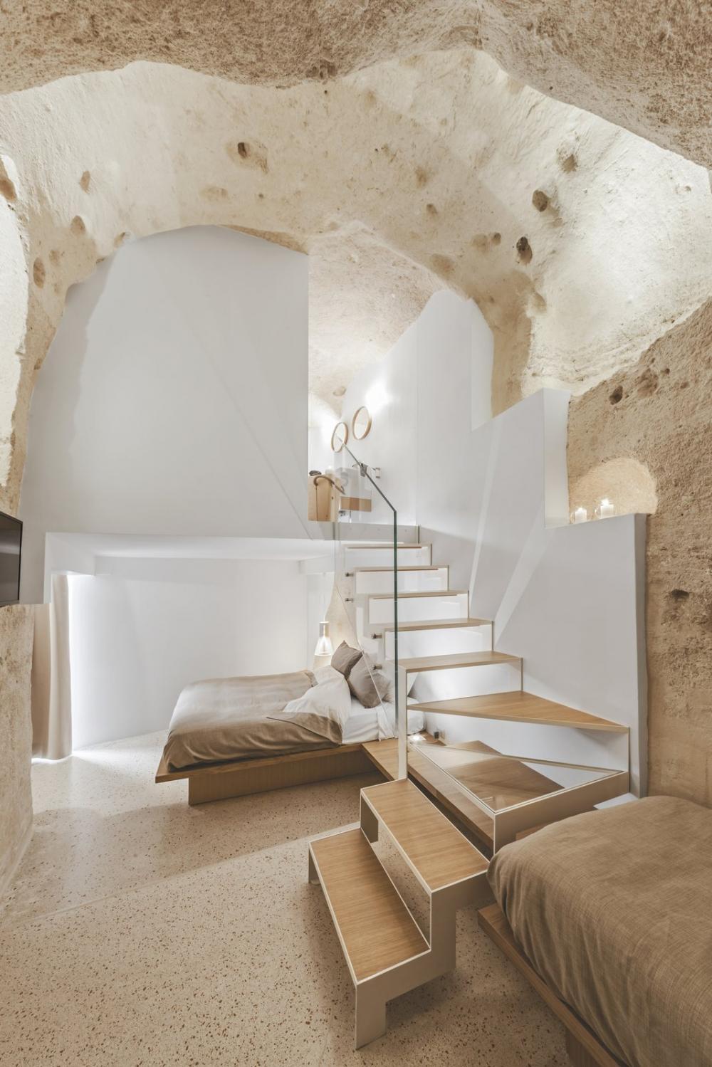 Các phòng ngủ có trần cao 15 feet, vẫn giữ nguyên nét kiến trúc của hang động