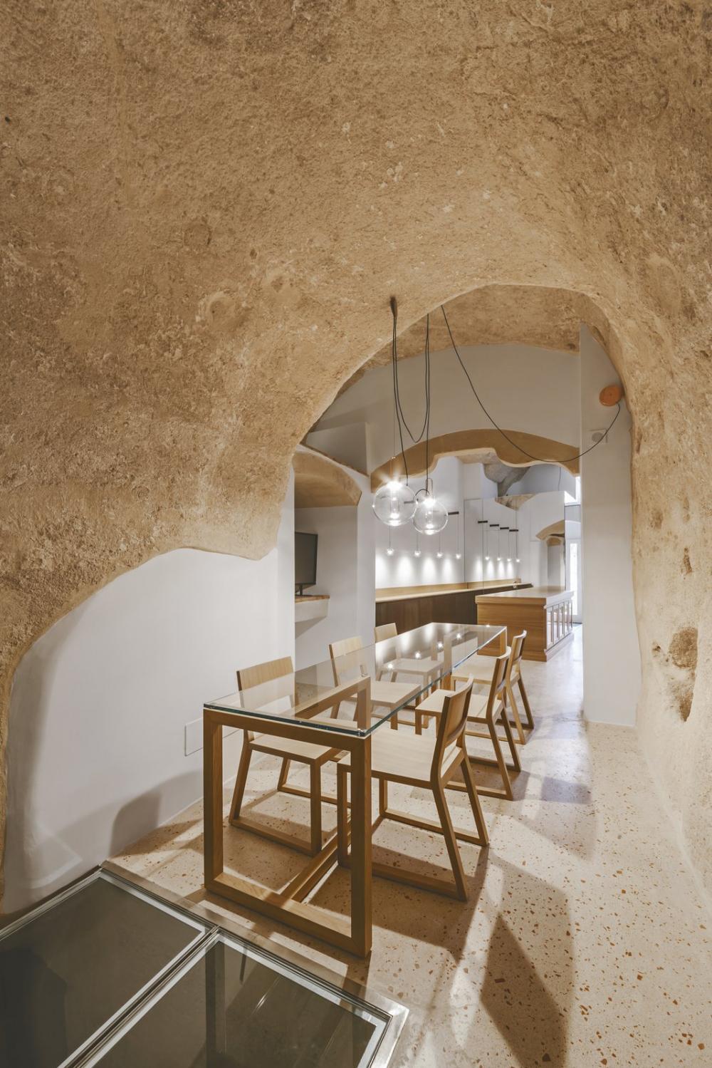 Phòng ăn ấm cúng hơn khi trang trí đèn thả có ánh sáng vàng