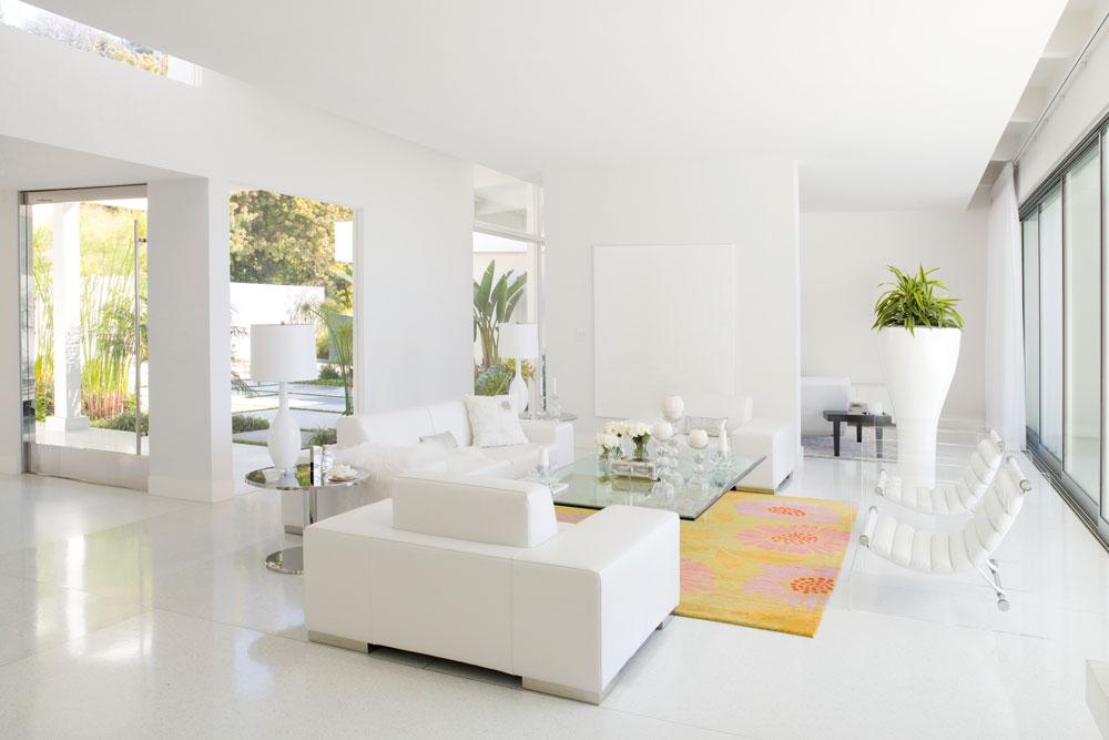 Sử dụng màu trắng cho ngôi nhà, bạn nên lưu ý tạo điểm nhấn bằng một số màu gam nóng để tránh cảm giác nhàm chán