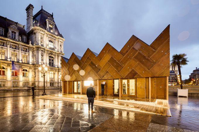 Nó nằm phía trước khách sạn Hotel de Ville tại Paris