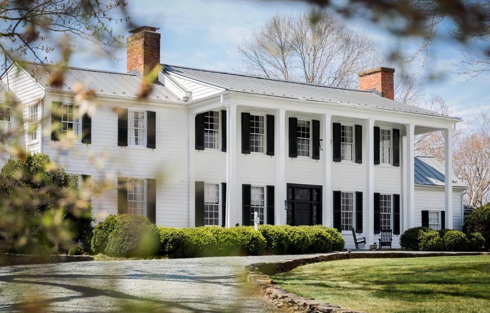 Sau khi cải tạo, khách sạn trở nên vô cùng hiện đại, sang trọng với ngoại thất nổi bật trên hai tông màu trắng - đen