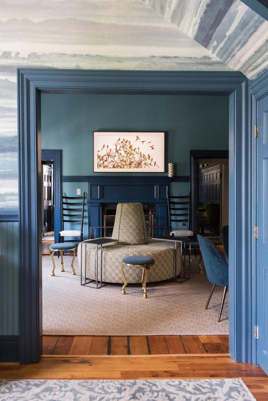 Chiếc ghế sofa tròn được bọc bởi vải Kravet khiến cho phòng khách trở nên ấn tượng