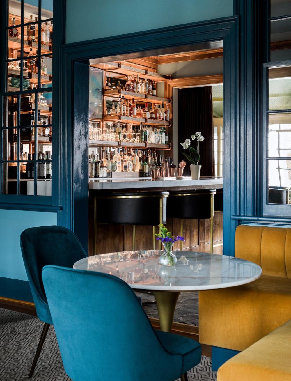 Thay vì bố trí khu vực lễ tân, khách sạn này lại thiết kế quầy bar với một kệ gỗ trưng bày rượu
