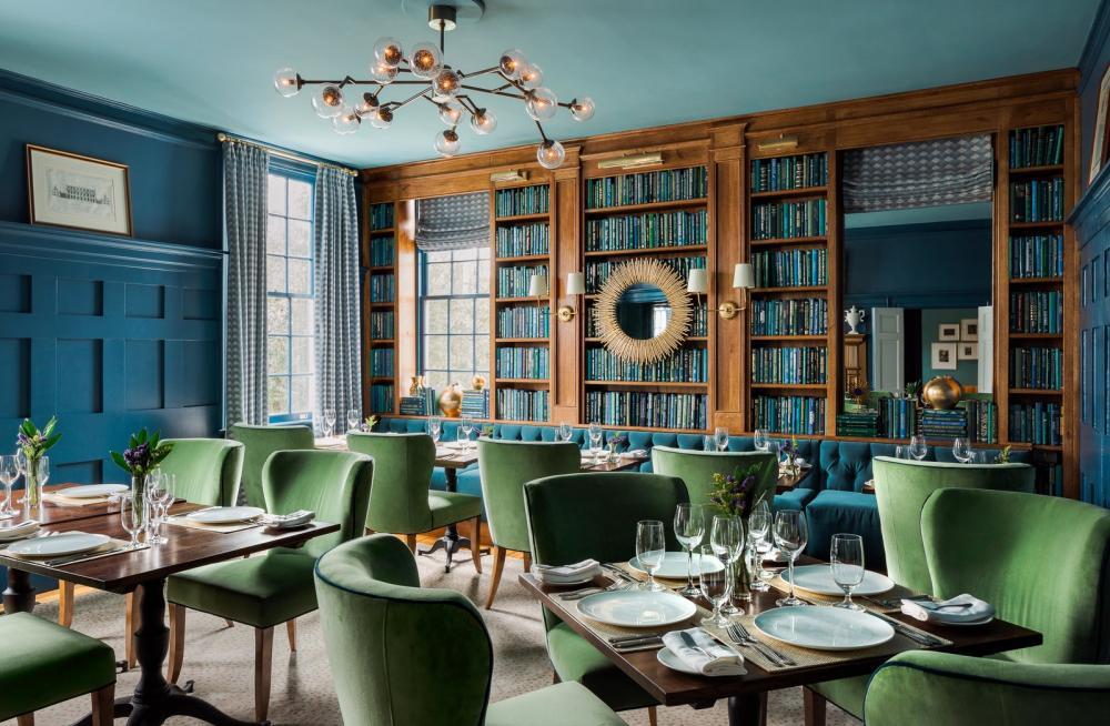 Khu vực ăn uống sử dụng hai tông màu chủ đạo là xanh dương và xanh lá, tạo nên một hiệu ứng màu sắc thú vị