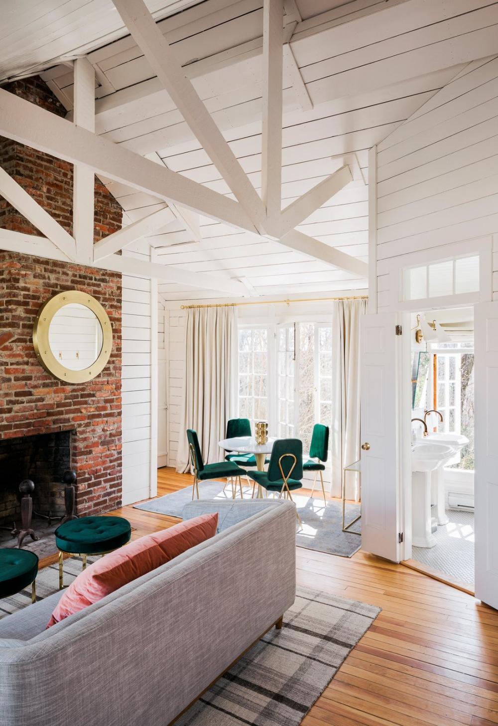 Một phần tường sử dụng gạch thô giúp cho căn phòng trở nên ấn tượng hơn