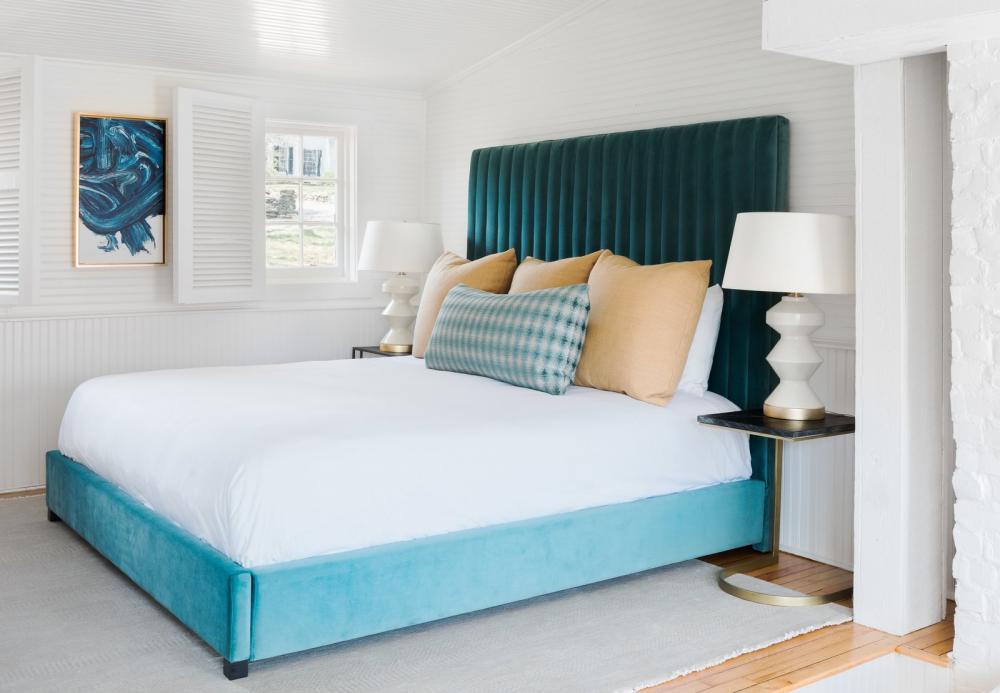 Ở một phòng ngủ khác, kiến trúc sư lại bố trí kiểu giường bọc vải nhung hiện đại hơn