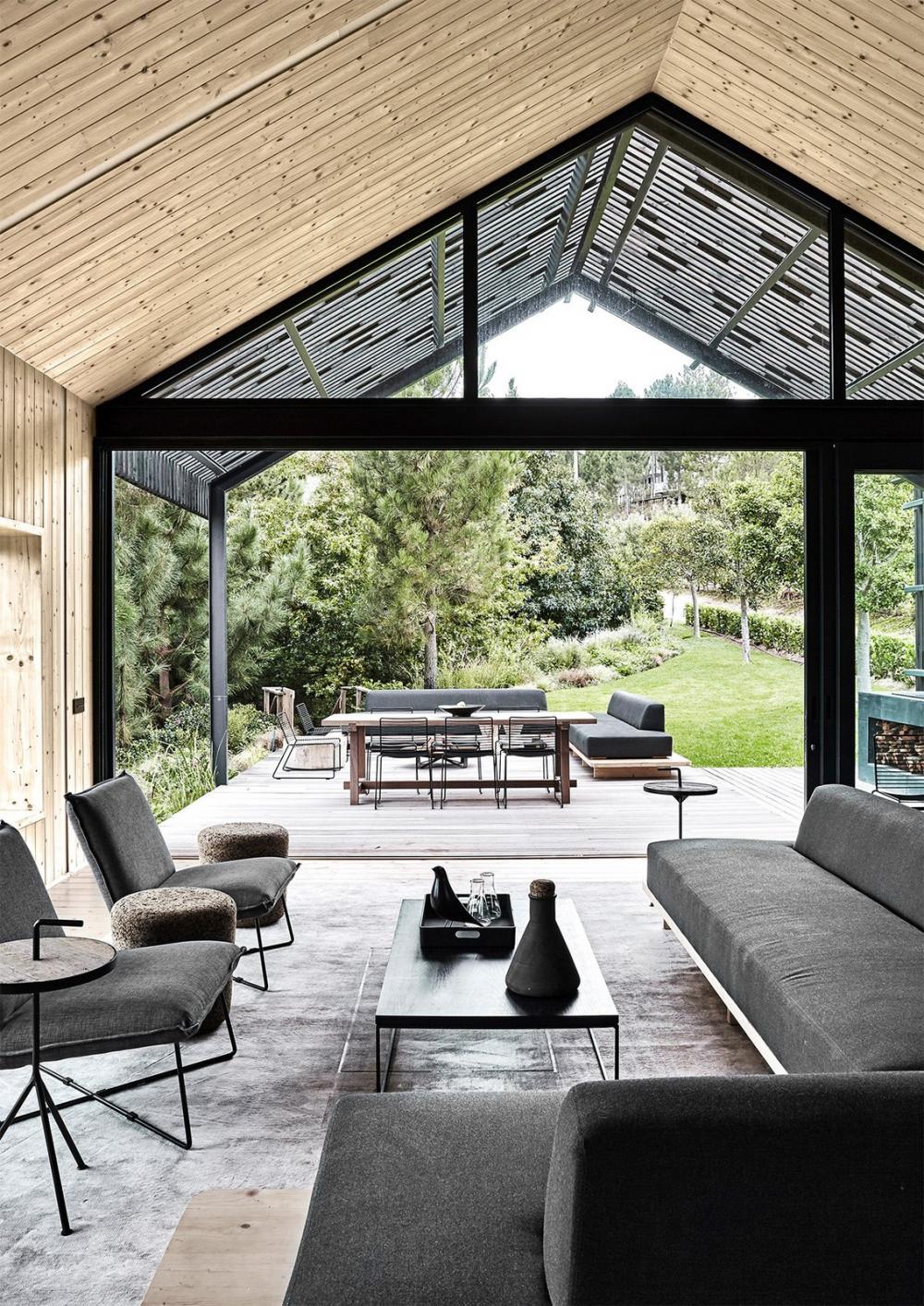 Scott lựa chọn đồ nội thất thấp để tăng thêm cảm giác về không gian, khiến ngôi nhà trở nên cao và thoáng hơn