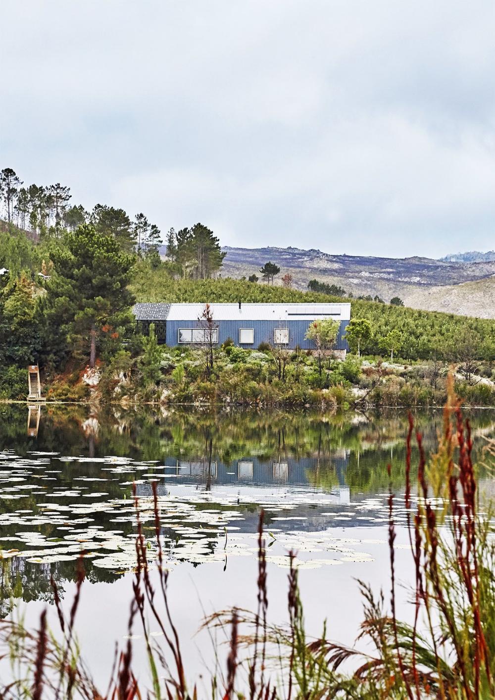 Hồ nước rộng 2 mẫu Anh mang lại ngoại cảnh yên bình, tĩnh lặng cho ngôi nhà