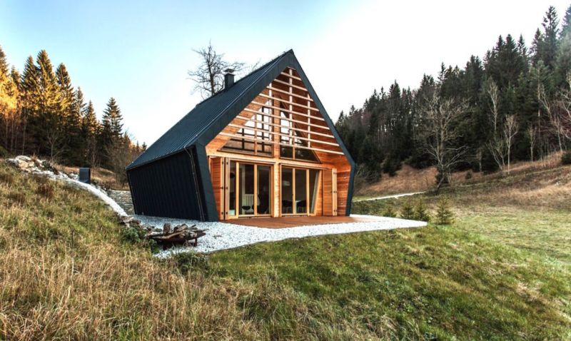 The Wooden House được xây dựng chủ yếu bằng chất liệu gỗ sồi dưới thiết kế của Công ty kiến trúc PIKAPLUS. Tuy nhiên, trái ngược với vẻ ngoài đánh lừa thị giác, bên trong ngôi nhà lại vô cùng rộng rãi với nội thất ấm cúng, sang trọng cùng không gian tràn ngập ánh sáng tự nhiên.