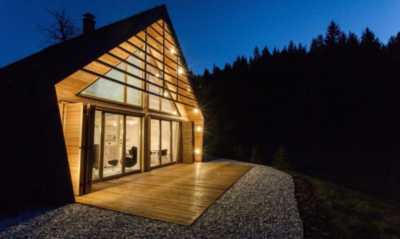 Với diện tích 82m2, chiếc cabin nhỏ gọn này là kết quả của một quá trình nghiên cứu và thiết kế khá kĩ lưỡng để tận dụng từng centimet. Nằm tại khu vực thoáng cây trong rừng, ngôi nhà này giảm được tối đa sự phá vỡ cảnh quan của cánh rừng già.