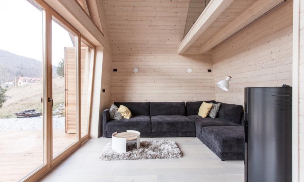 Tường, trần và sàn gỗ sáng màu phối hợp với nội thất đen mang lại không gian đơn giản mà sang trọng, hiện đại