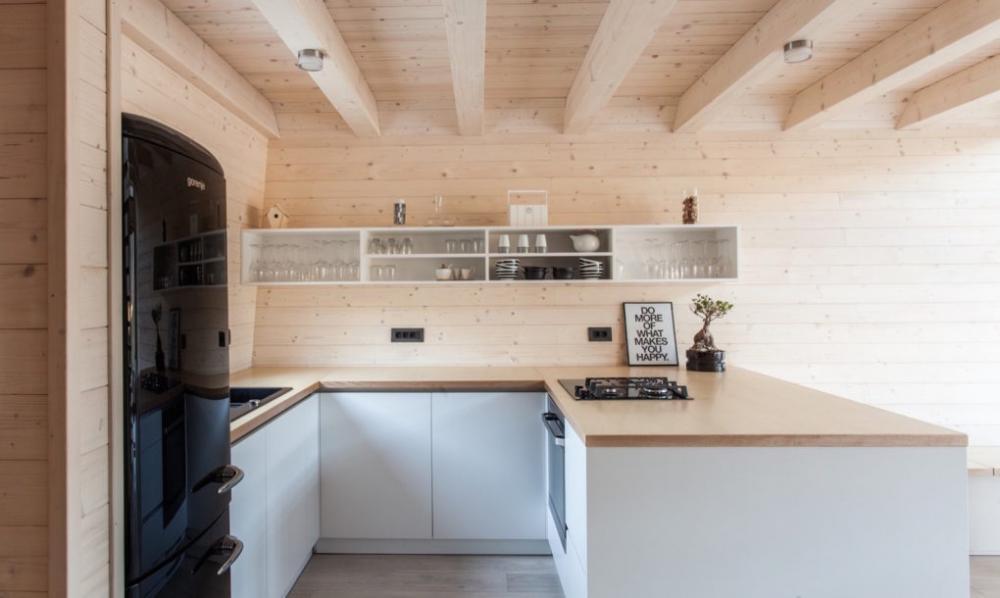 Khu vực bếp khá rộng rãi, vẫn với gam màu gỗ sáng cùng tông đen của nội thất trang trí, tạo điểm nhấn ấn tượng