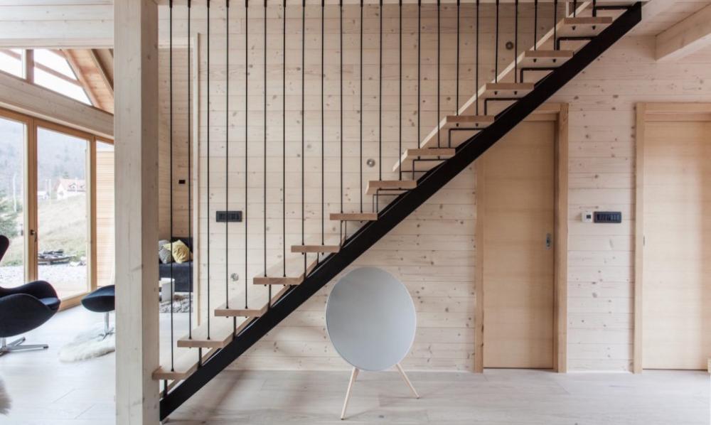 Thay vì làm tay vịn thông thường, những dây thép được đặt thẳng tại mỗi bậc thang tạo sự thanh mảnh, đơn giản nhưng vô cùng độc đáo