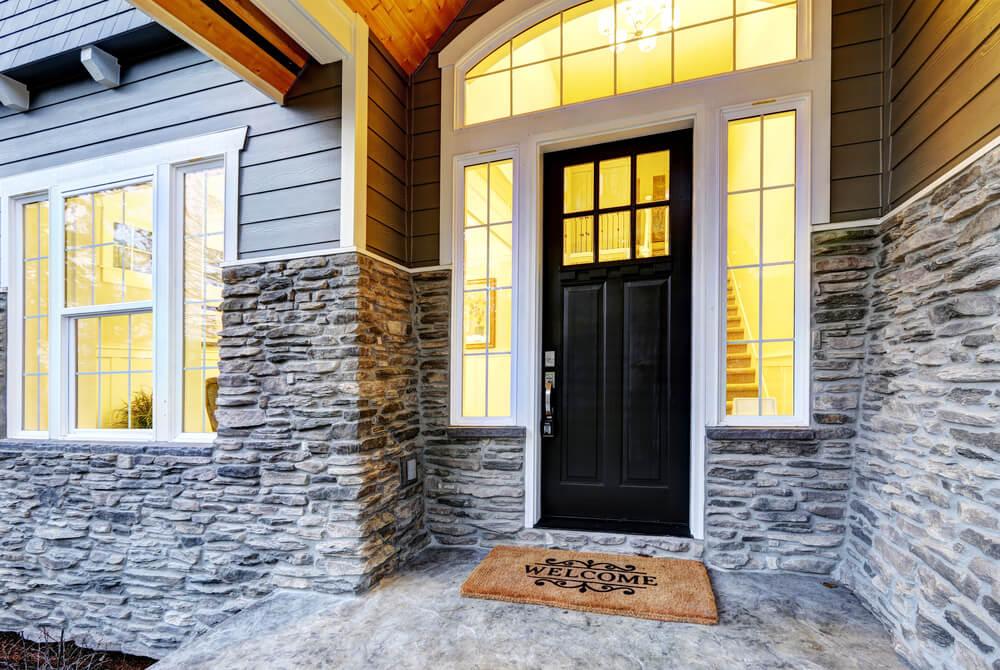 Những khung cửa màu sắc nổi bật chắc chắn sẽ thu hút sự chú ý cho căn nhà tông màu trung tính của bạn.