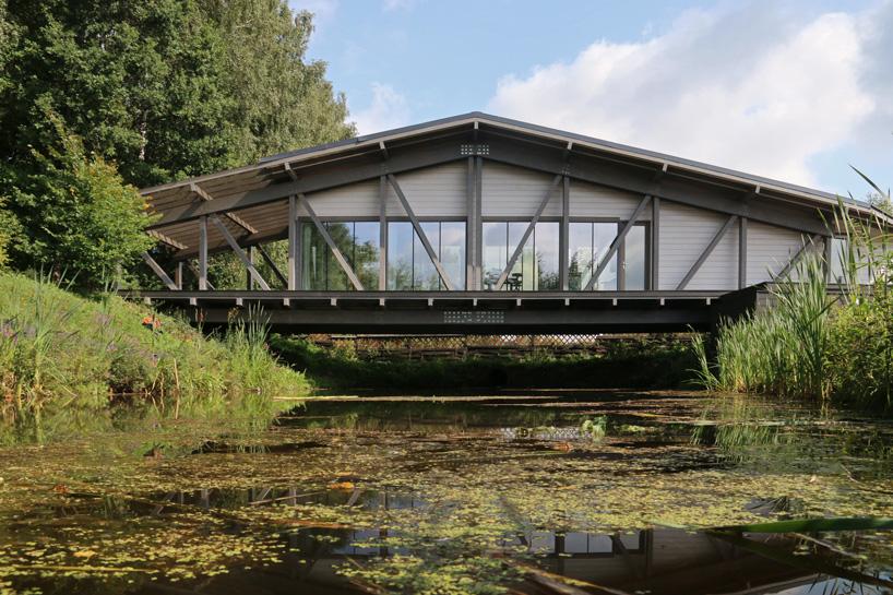 Độc đáo ngôi nhà nằm gọn trên cây cầu ở Nga