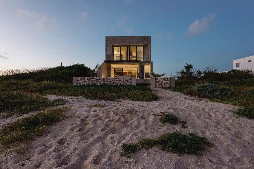 Căn nhà bê tông bên bờ biển Mexico