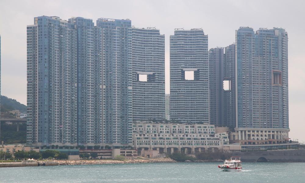 tòa nhà rỗng ở giữa