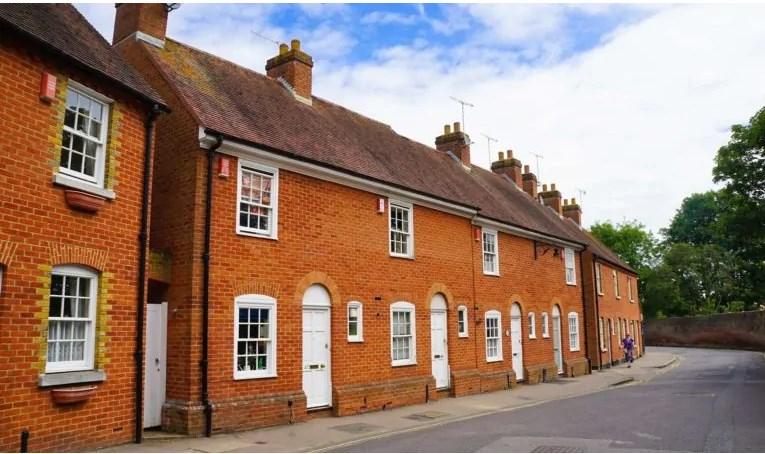 Người Anh đổi nhà nhỏ, cắt giảm chi tiêu để hỗ trợ con cái mua nhà