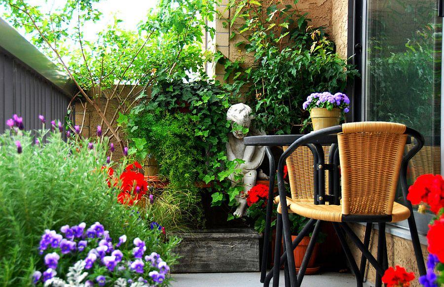 cây và hoa trong ban công nhỏ