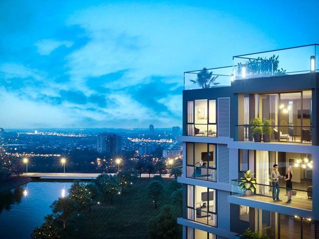 Hình ảnh một dự án căn hộ hạng sang có người đứng nói chuyện ở ban công, phía xa là cảnh thành phố về đêm