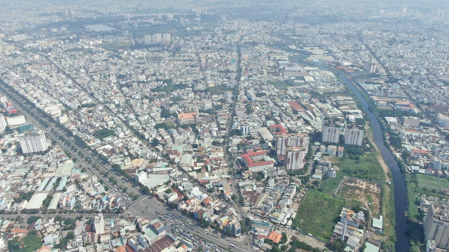 Ảnh chụp thành phố từ trên cao với rất nhiều tòa nhà, con đường và một dòng sông