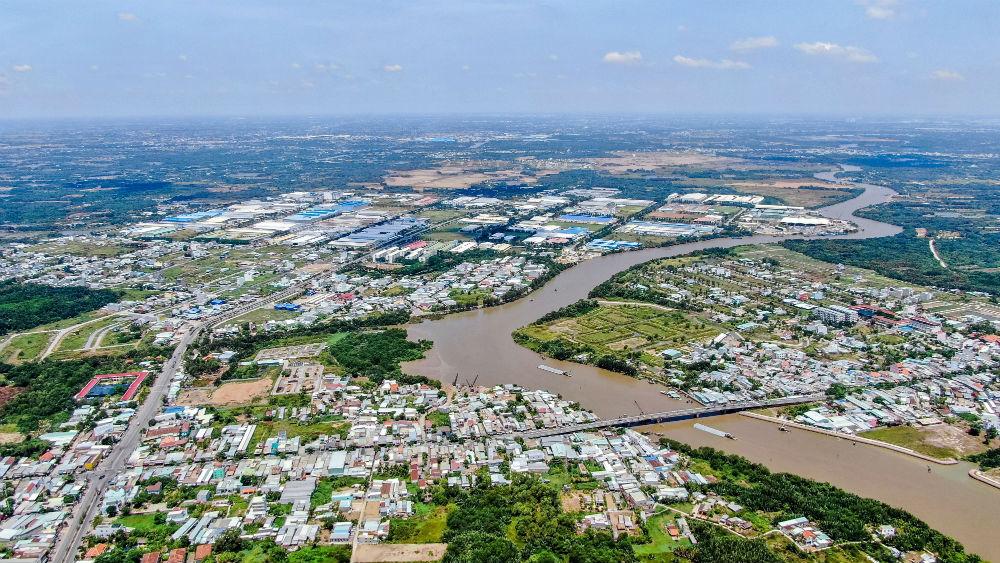 Ảnh chụp thành phố từ trên cao với nhiều tòa nhà và 1 khúc sông