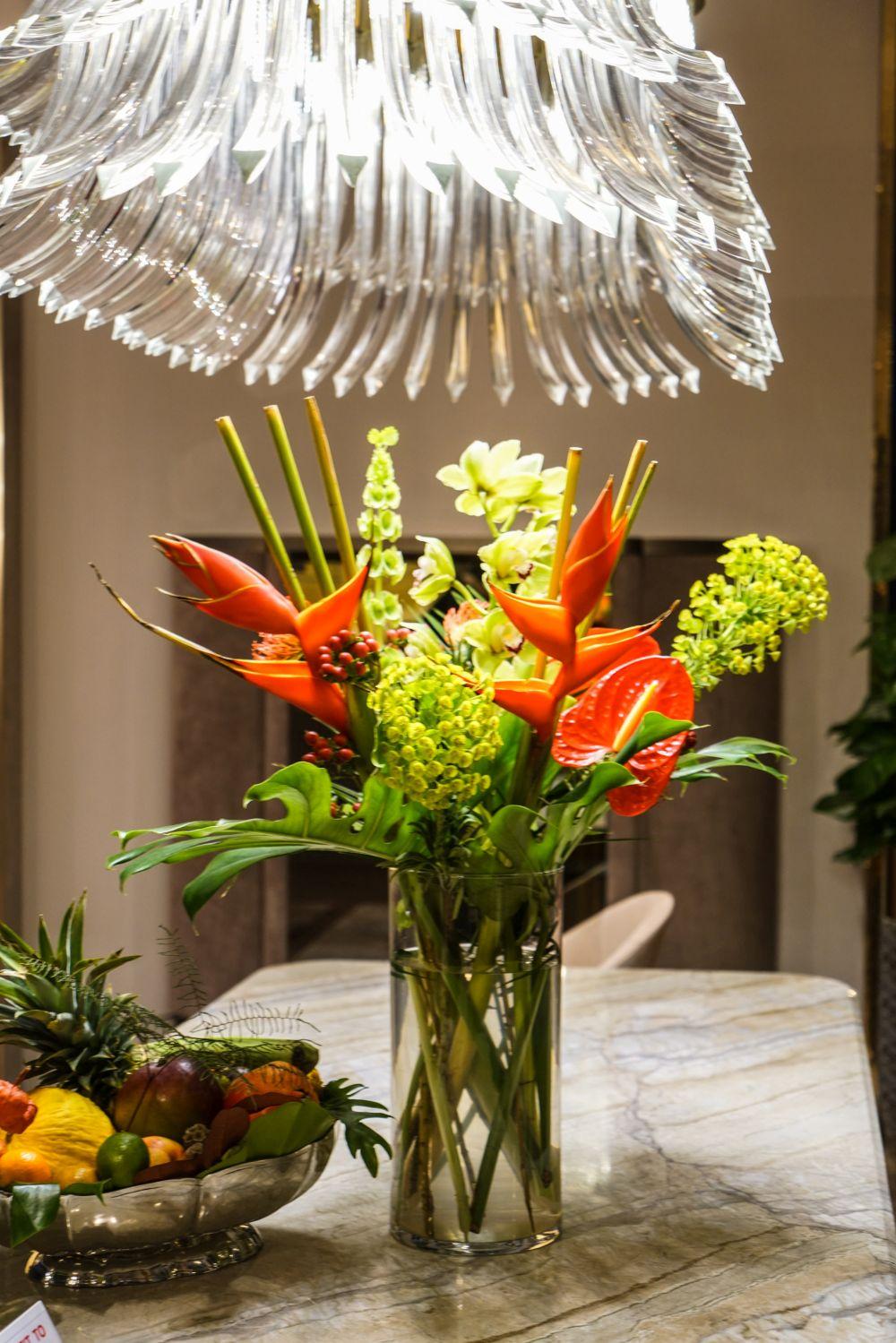 bình hoa đầy màu sắc đặt trên bàn