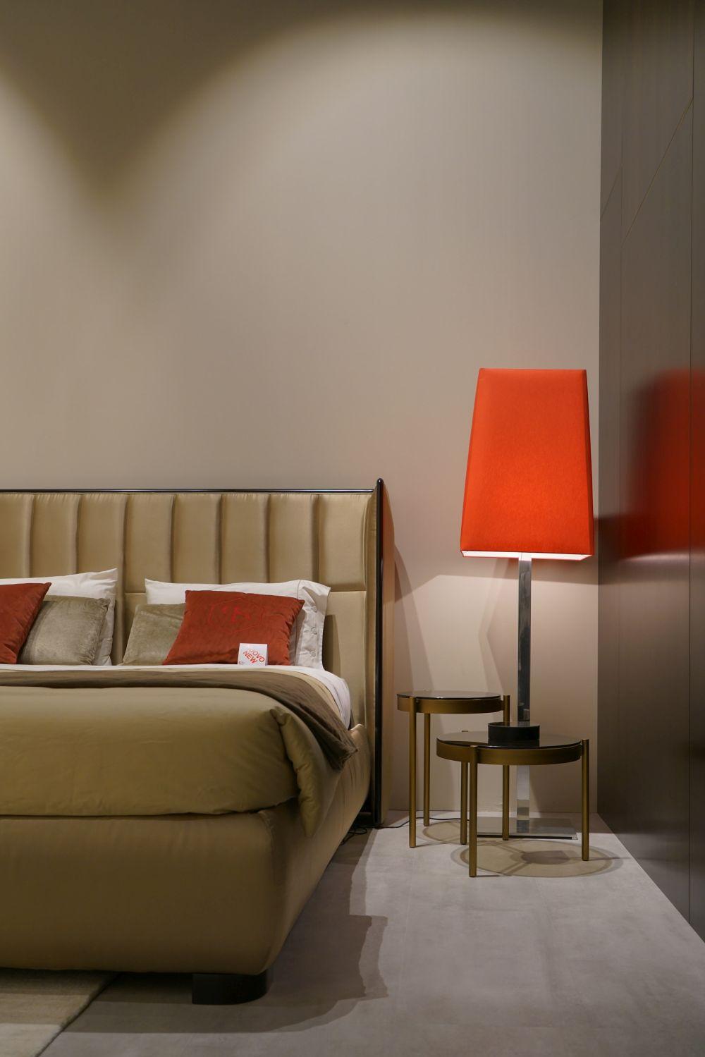 đèn bàn màu đỏ trong phòng ngủ