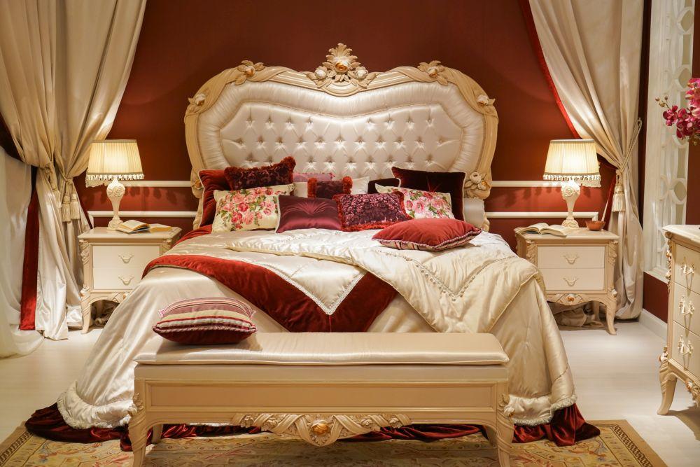 phòng ngủ sang trọng màu đỏ và trắng ngà