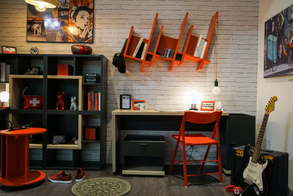 bàn, ghế và kệ màu cam