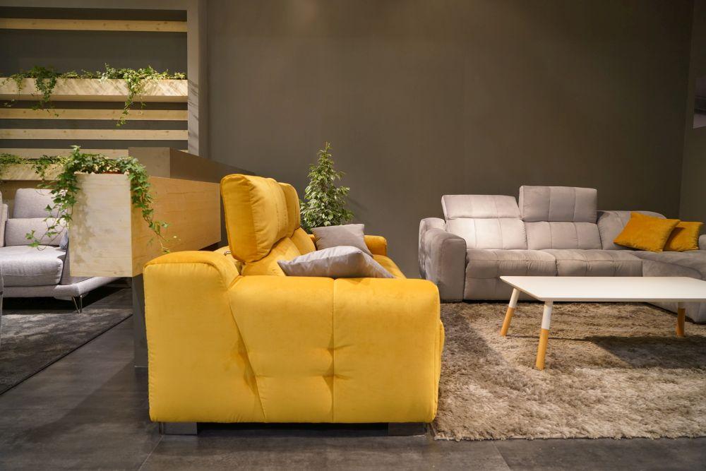chiếc sofa vàng tươi trong phòng khách