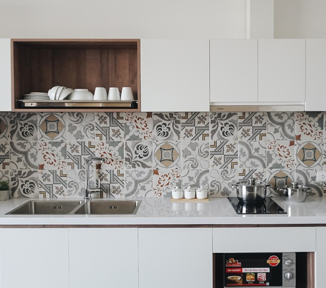 Nên làm tủ bếp bằng gỗ tự nhiên hay gỗ công nghiệp?