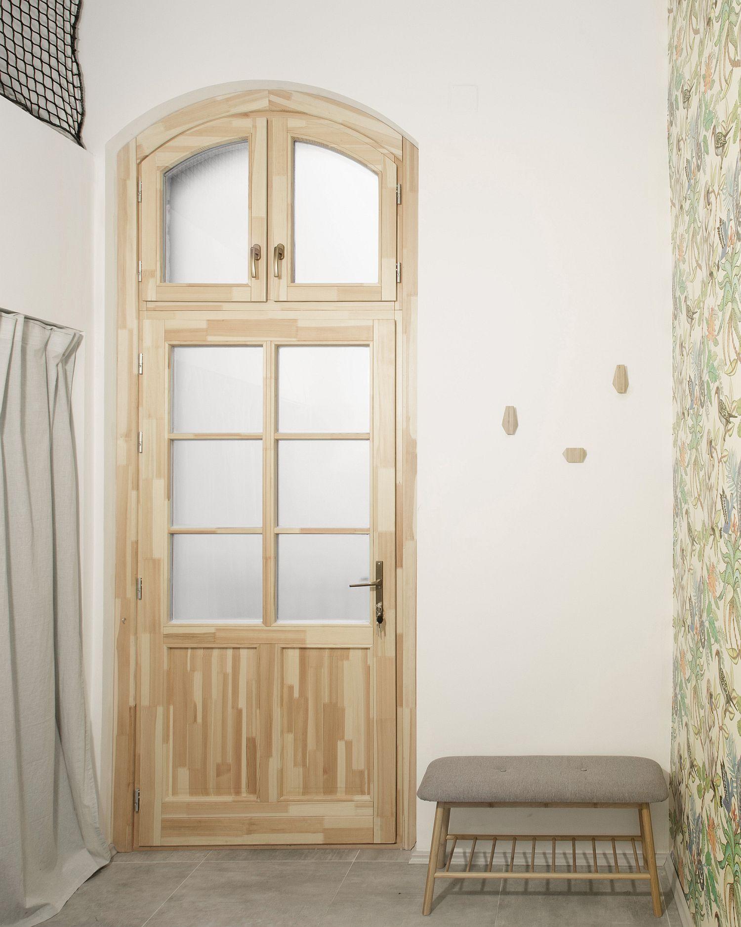 cửa nhà bằng gỗ