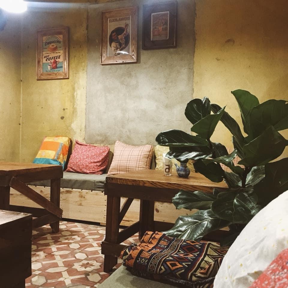 Quán cafe kiểu hoài cổ, tranh treo tường, bàn trà thấp, chậu cây
