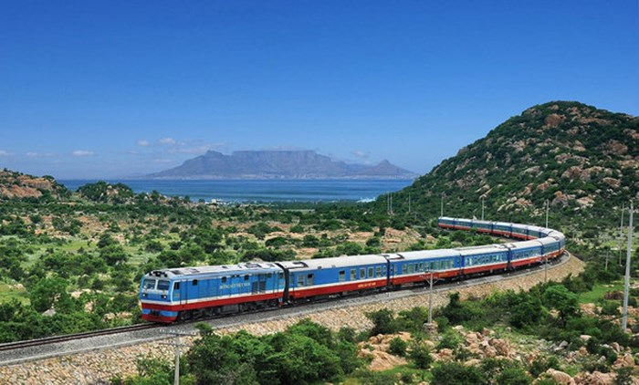 Tuyến đường sắt đang chạy qua khu vực gần biển