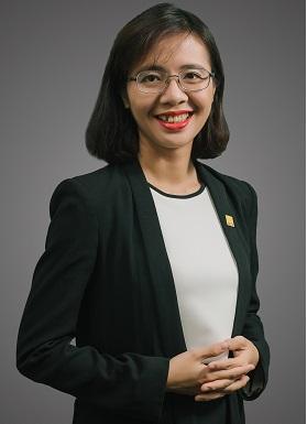Chân dung một phụ nữ mặc vest đen, tóc ngắn, đeo kính