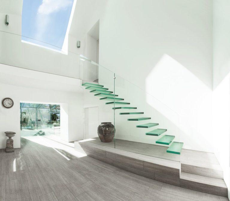 Loạt vách ngăn cầu thang bằng kính đẹp tuyệt cho không gian sống hiện đại