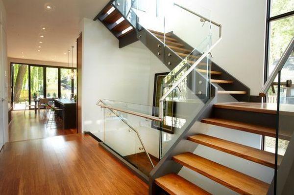 sử dụng kính làm vách ngăn cầu thang