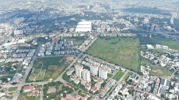 Khu dân cư nhìn từ trên cao có nhiều công trình nhà ở xen kẽ đất trống