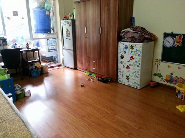 Một góc căn hộ tập thể cũ với chiếc tủ quần áo bằng gỗ, tủ nhựa và tủ lạnh kê sát nhau