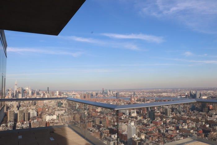 khung cảnh thành phố New York nhìn từ sân thượng