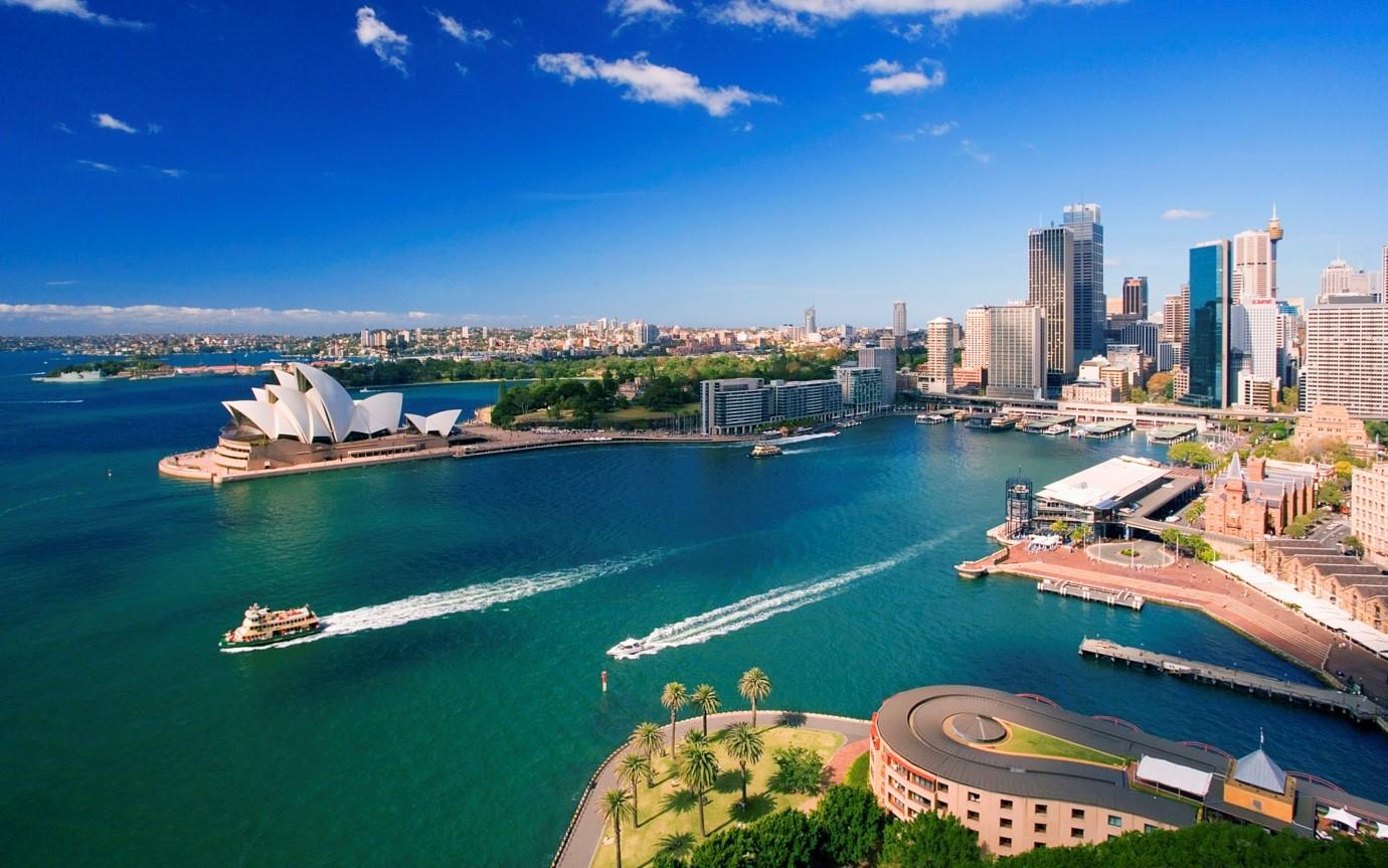Thành phố bên vịnh biển, nước xanh trong, nhà hát Sydney hình con sò, nhiều tòa nhà cao tầng,