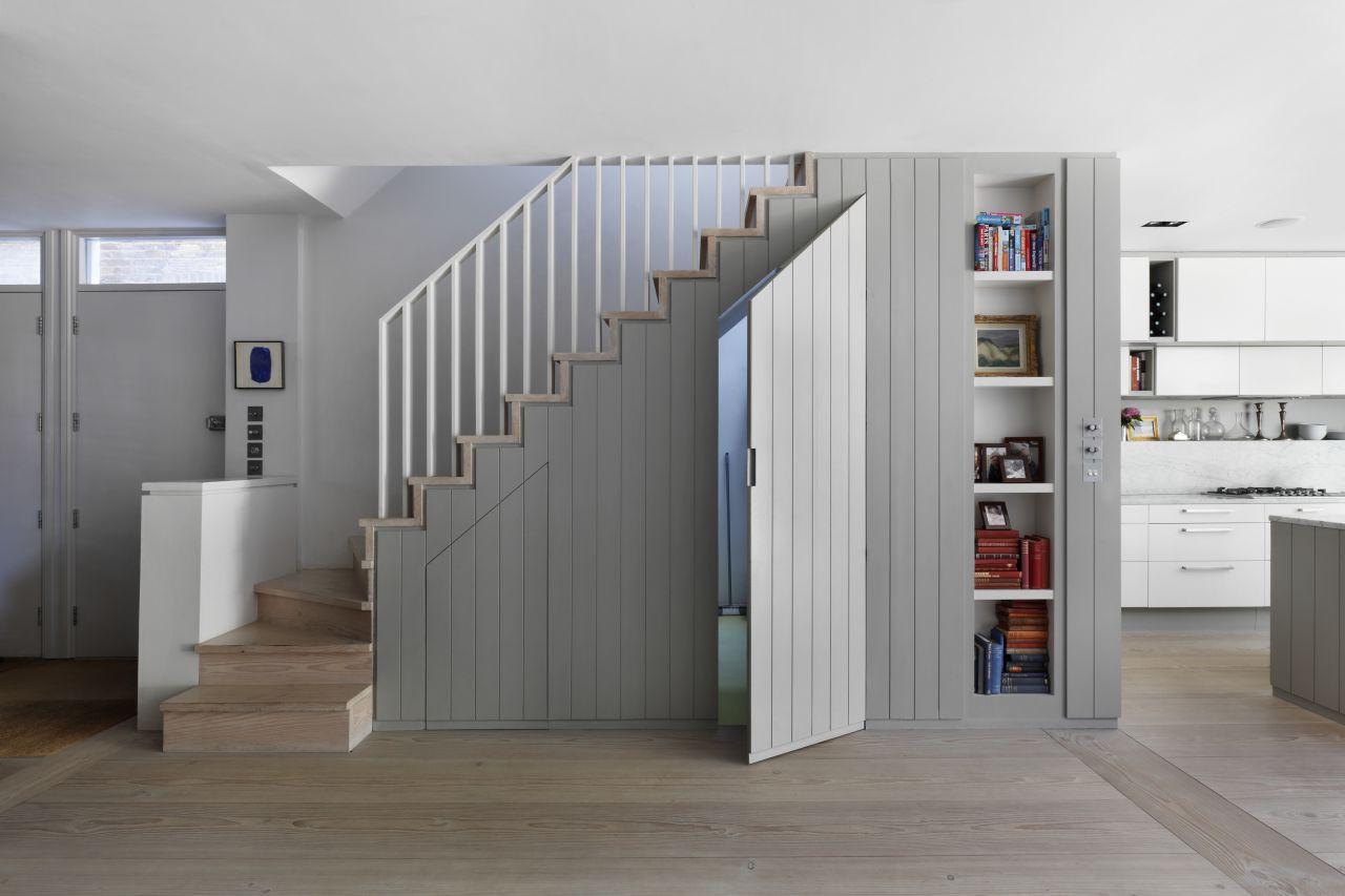 tận dụng gầm cầu thang với thiết kế tủ lưu trữ
