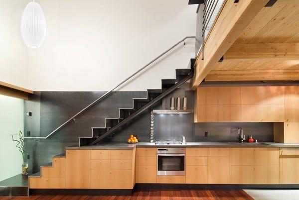 bếp được đặt dưới cầu thang