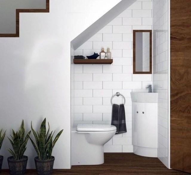 phòng vệ sinh dưới cầu thang