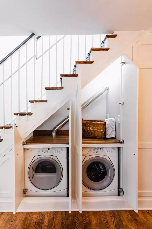 máy giặt và máy sấy đặt trong gầm cầu thang