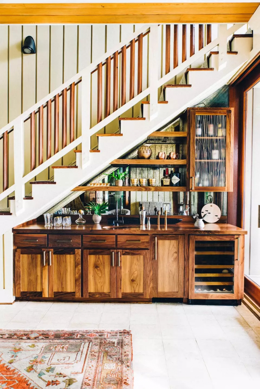 quầy bar mini dưới gầm cầu thang