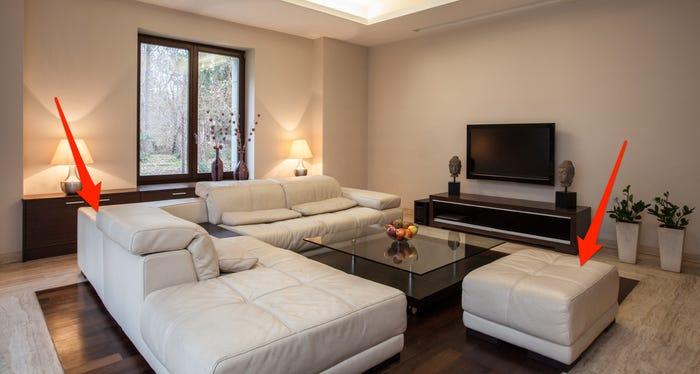 một bộ sofa màu trắng trong phòng khách