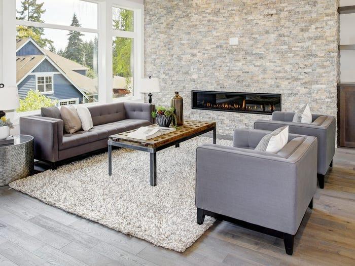 một bộ sofa cùng vài chiếc gối ôm
