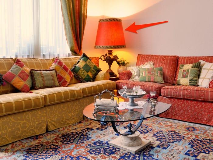 chiếc đèn bàn màu đỏ trong phòng khách